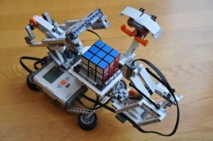 Il robot che risolve il cubo di Rubik, costruito dai ragazzi dell'Istituo Majorana.
