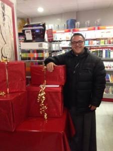 Padre Riziero mentre ritira i doni